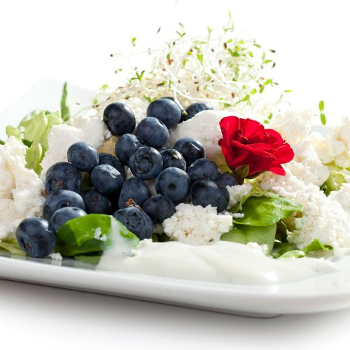 Śniadanie - sałatka z ricottą, borówkami i bazylią