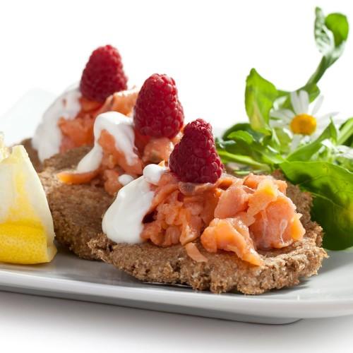 Śniadanie - bliny gryczane z wędzonym łososiem