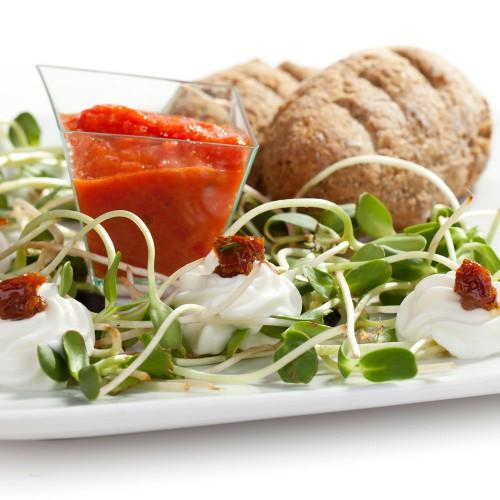 Śniadanie - bułeczki organiczne z pastą z pieczonej papryki